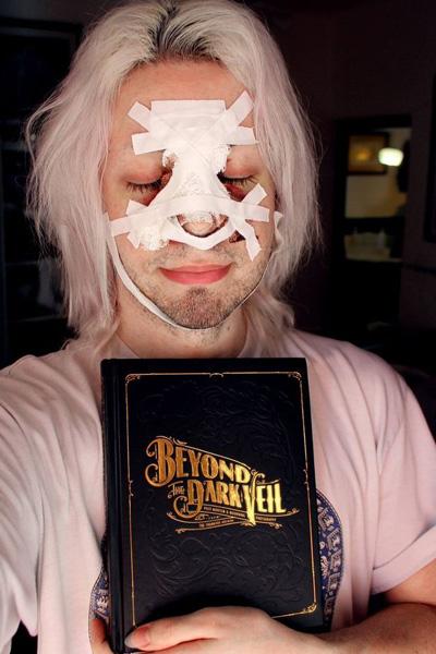 Chàng trai trẻ thường chụp lại ảnh mặt mình sau khi đã dao kéo. Ảnh: Barcroft Media.