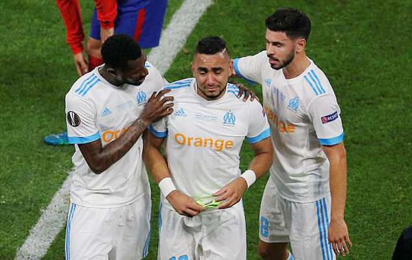 Các đồng đội ra sức an ủi Payet khi thủ quân Marseille trao lại băng đội trưởng và ra sân, nhường chỗ cho Maxime Lopez trong bối cảnh đội bóng nước Pháp đang bị Atletico dẫn trước một bàn.
