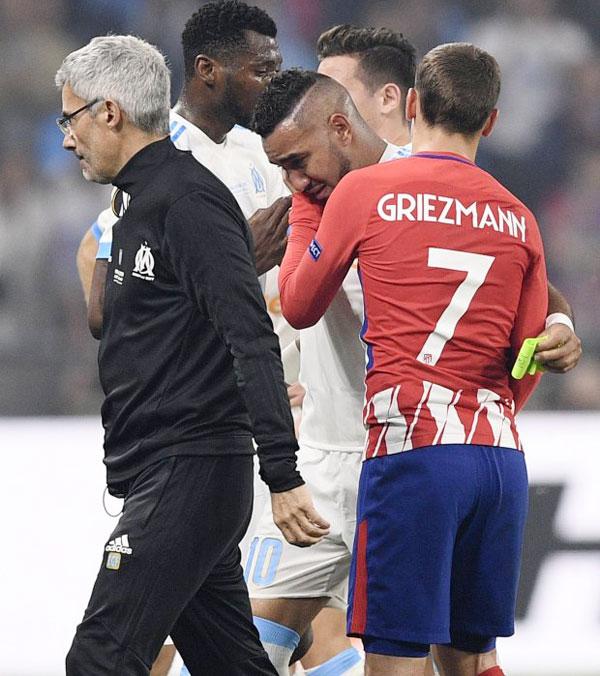 Griezmann, đồng đội của Payet ở tuyển Pháp, nhưng là đổi thủ trong chung kết Europa League, ôm an ủi động viên Payet đang sầu não.