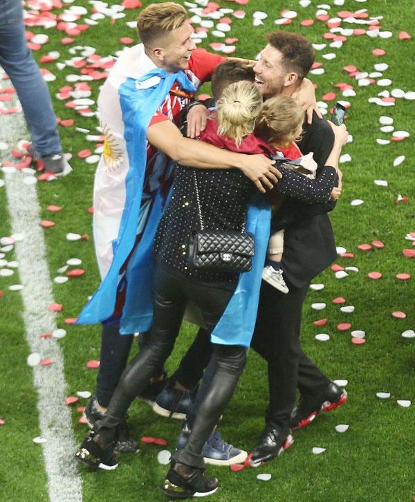 Bị cấm chỉ đạo trực tiếp trong trận chung kết Europa League, HLV Diego Simeone từ khán đài chạy xuống sân ăn mừng sau khi các học trò đánh bại Marseille 3-0 trong trận chung kết.