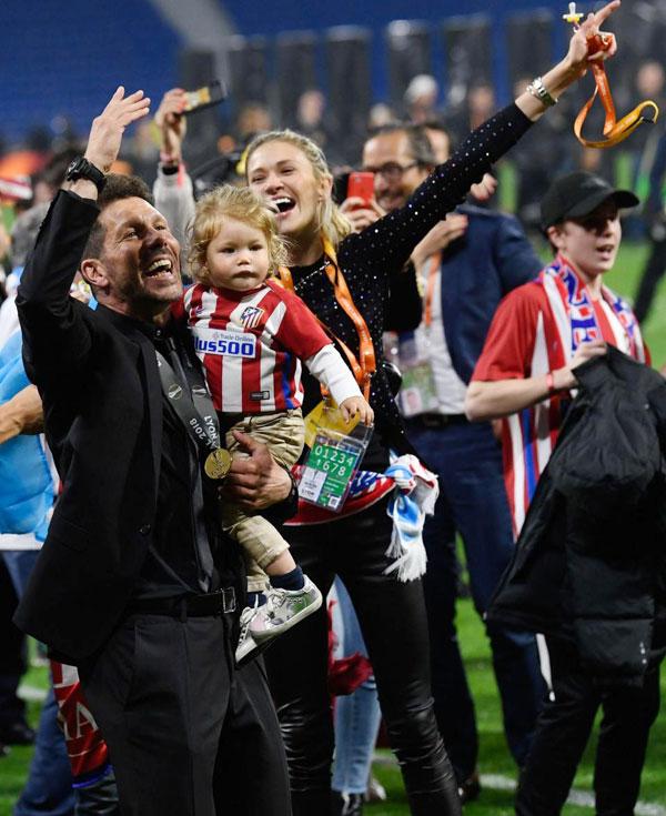 HLV 48 tuổi và bạn gái tóc vàng không giấu được niềm vui khi giành chiếc Cup thứ 6 trong 7 năm dẫn dắt đội bóng ở La Liga.