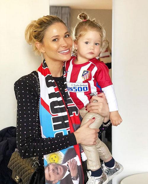 Người đẹp Carla Pereyra đăng ảnh chụp cùng con gái trước chung kết.