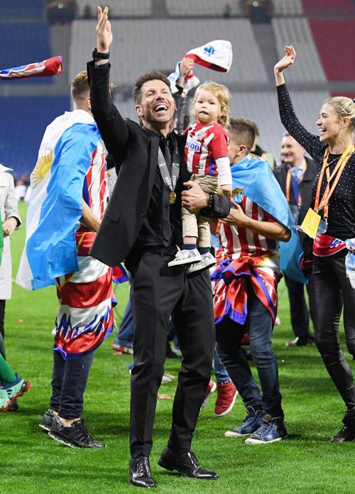 HLV Simeone phải ngồi trên khán đài xem các học trò thi đấu trong trận chung kết vì án phạt lăng mạ trọng tài trong trận bán kết lượt đi với Arsenal cuối tháng 4.