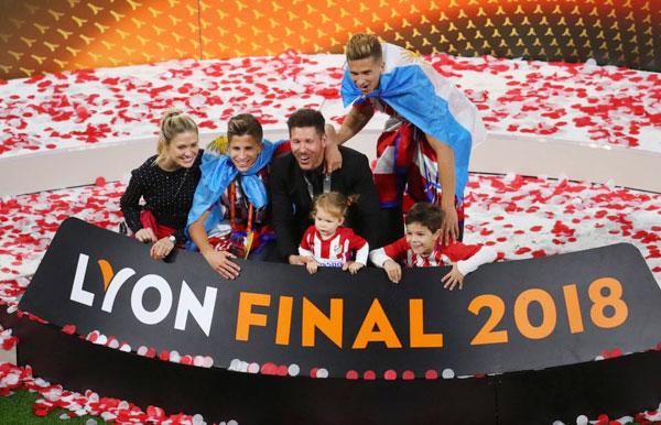 Cả gia đình chụp ảnh lưu niệm trên bục chiến thắng sau khi Atletico vô địch Europa League lần thứ ba.