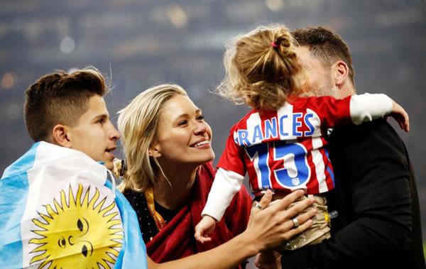 Cựu danh thủ Argentina cưng nựng con gái trên sân.