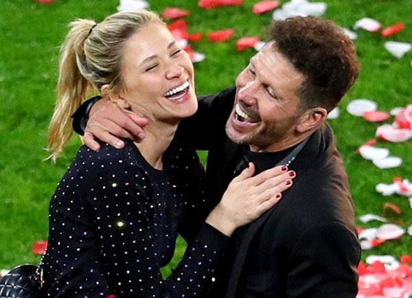 HLV Diego Simeone và bạn gái Carla Pereira tươi cười ôm nhau trong giây phút đăng quang của Atletico.