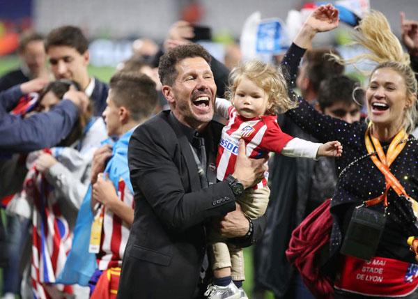 HLV Atletico Madrid phấn khích ôm con gái nhỏ Francesca nhảy múa khắp sân.