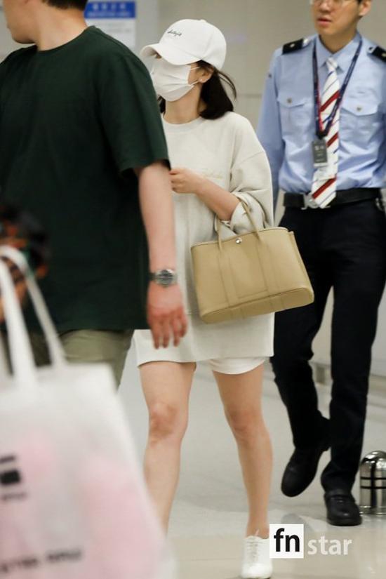 Chiều qua 16/5, Song Hye Kyo lên đường về Hàn Quốc sau 2 ngày đi sự kiện ở Thượng Hải. Tại sân bay, nữ diễn viên đeo khẩu trang kin mít, áo thụng, quần short trông rất khỏe khoắn. Cô xách chiếc túi củaHermes - thương hiệu yêu thích từ nhiều năm nay.