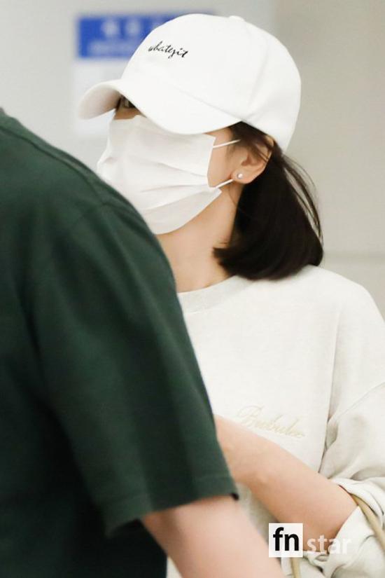 Song Hye Kyo che chắn kín mít khi từ Thượng Hải về Hàn Quốc - 1