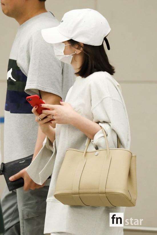 Nhẫn cưới lấp lánh trên tay Song Hye Kyo. Nữ diễn viên Nhất đại tông sư kết hôn từ cuối năm ngoái, hiện có cuộc sống vợ chồng son rất hạnh phúc. Người đẹp cũng chưa có dấu hiệu bầu bí như một số tin đồn trong showbiz.