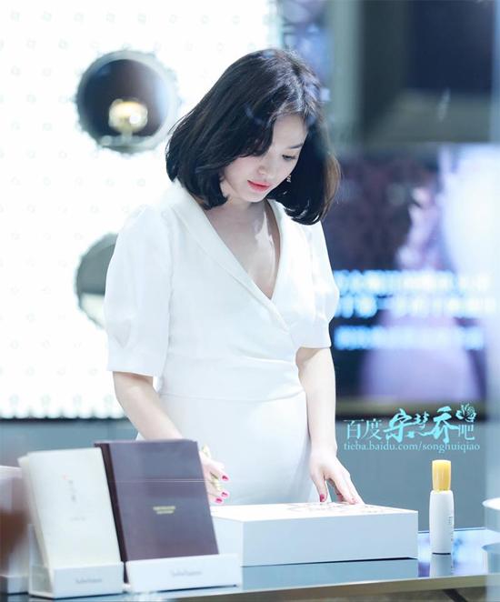 Song Hye Kyo dự sự kiện tại Thượng Hải hôm 15/5. Trên mạng xã hội, khán giả hết lời khen nhan sắc tươi trẻ, quyến rũcủa Song Hye Kyo.
