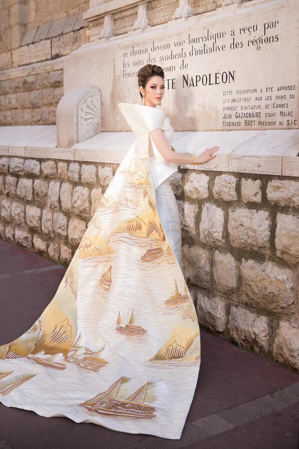 Xuất hiện với bộ trang phục mang tên The Oriental Sun - Mặt trời phương Đông của nhà thiết kế trẻ Lê Thanh Hòa với chiếc áo choàng là một bức tranh thêu tay phong cảnh Vịnh Hạ Long hùng vĩ, ấn tượng,