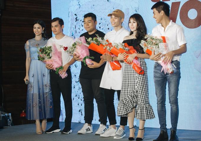 Mì Gói đứng cạnh Đông Nhi trong buổi tiệc hồi tháng 9/2017.