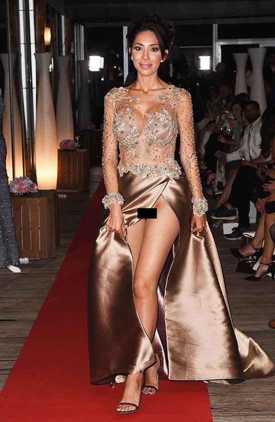 Ngôi sao truyền hình thực tế Mỹ Farrah Abraham gặp phen ngượng mặt vì tung váy để lộ cả vùng kín không nội y trong show thời trang tại Cannes.