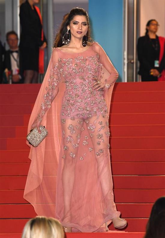 Mặc váy hoa duyên dáng nhưng diễn viên Mỹ Blanca Blanco lại trở nên kém duyên khi lớp váy bên trong bị tốc lên.