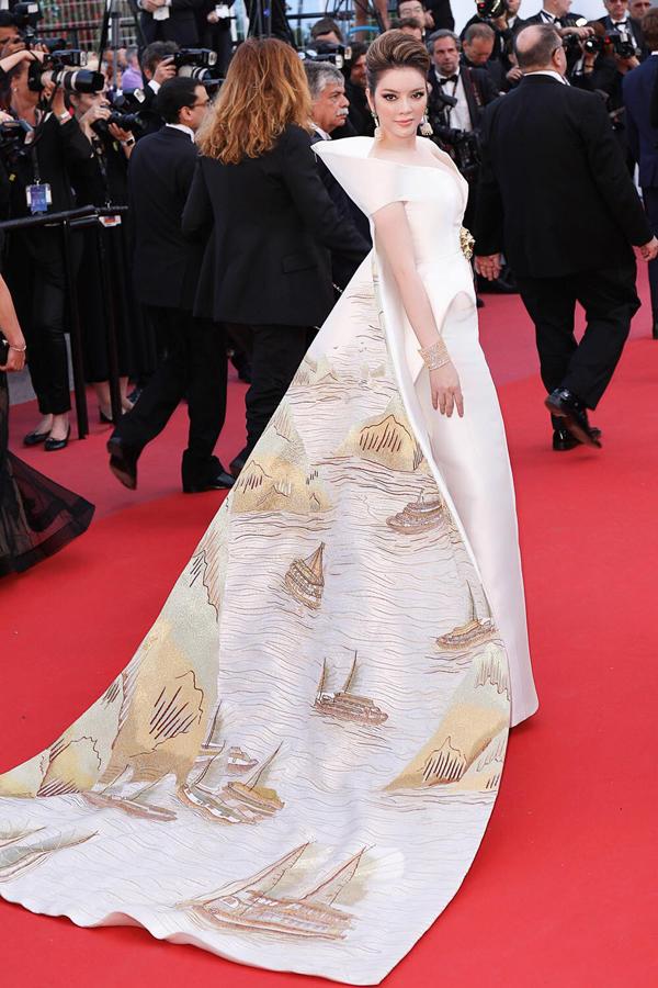 Bộ trang phục ấn tượng khiến Lý Nhã Kỳ gây được chú ý nhất định trên thảm đỏ quy tụ nhiều gương mặt nổi tiếng thế giới.