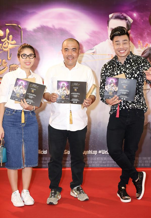 Vợ chồng nghệ sĩ Quốc Thuận mặc ton-sur-ton trắng, chụp ảnh cùng diễn viên hài Lê Dương Bảo Lâm.