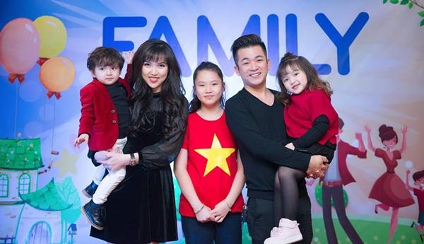 Chị Thu Hương bên ông xã và các con.