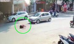 Người đi bộ qua đường lưỡng lự, bị ôtô tông văng xa