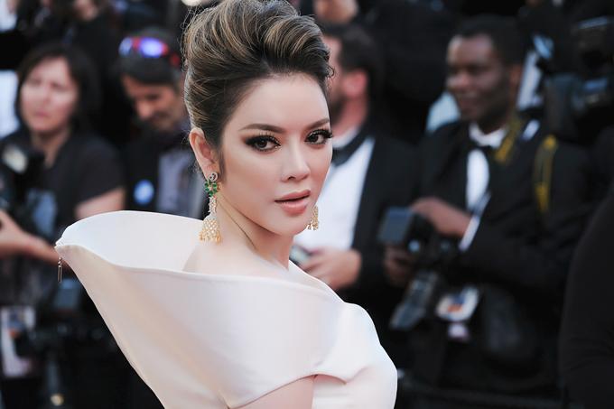 Nữ diễn viên tiết lộ, hôm qua cô đeo trang sức chỉ có giá 5 triệu đồng thay vì hàng trăm triệu hay cả tỷ đồng như mọi lần. Theo cô, giá cả không quan trọng, chỉ cần biết phối đồ với trang sức tinh tế thì sẽ tỏa sáng.