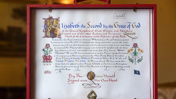 Thư đồng ý cho hôn sự của Harry và Meghan cùng chữ ký của Nữ hoàng Anh. Ảnh: AFP.