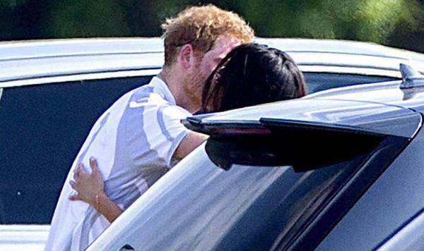 Cả hai không ngần ngại trao nhau nụ hôn ngọt ngào giữa chốn đông người. Ảnh: Rex.