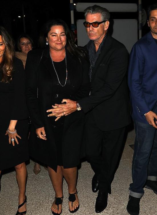 Tài tử Anh luôn thể hiện tình yêu nồng nàn dành cho bà xã ở bất cứ nơi đâu. Một ngày trước đó, khi tới một bữa tiệc trên du thuyền ở Cannes, ông ân cần đỡ vợ giữa vòng vây của paparazzi.