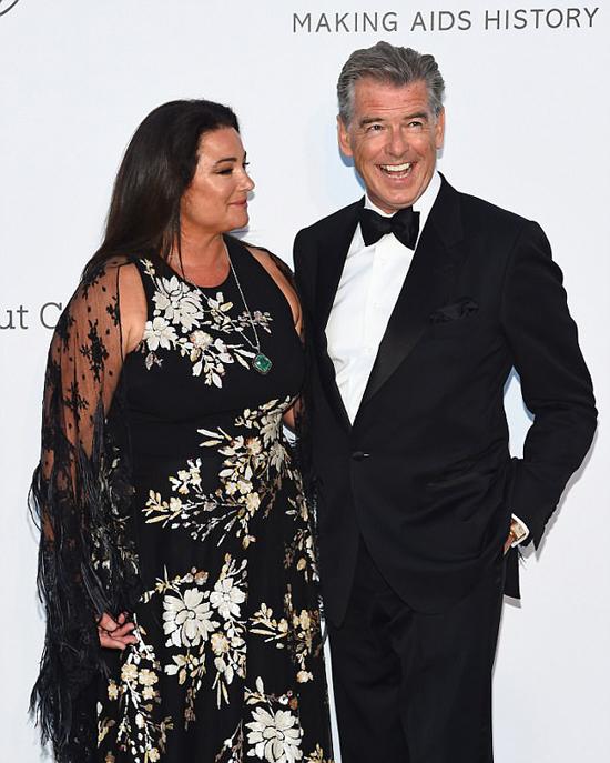 Pierce Brosnan cùng bà xã - cựu nhà báo Keely Shaye Smith - tham dự buổi tiệc từ thiện quyên góp tiền cho quỹ phòng chống AIDS mang tên amfARs 25th Cinema Against AIDS Gala.