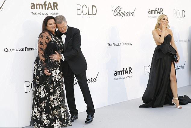 James Bond âu yếm ngả đầu vào bà xã. Brosnan từng tâm sự rằng, vợ là chỗ dựa tinh thần, là nguồn năng lượng sống của ông.