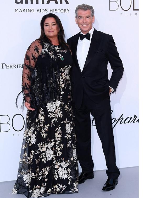 Ở tuổi 65, điệp viên 007 Pierce Brosnan vẫn tình cảm khóa môi bà xã trên thảm đỏ