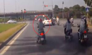 Người phụ nữ dừng đèn đỏ tránh nắng khiến ôtô phía sau phải phanh gấp