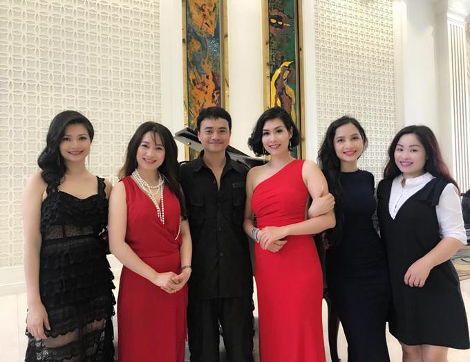 Trang Nhung (bìa phải) trong buổi hội ngộ dàn diễn viên Phía trước là bầu trời hôm 9/5.