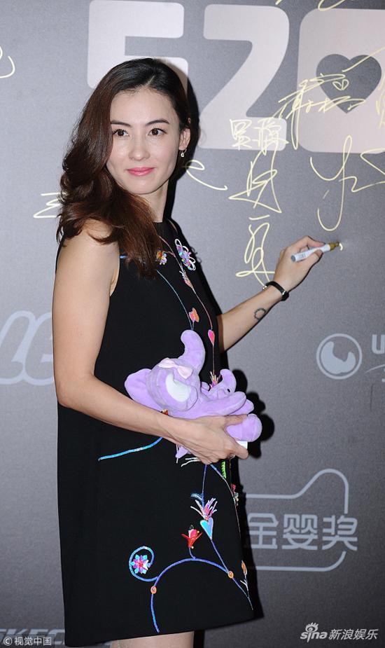 Trương Bá Chi dự sự kiện của một thương hiệu hôm 17/5. Nữ diễn viên khoe vẻ đẹp gái hai controng bộ đầm thêu hoa điệu đà, nữ tính. So với thời gian trước, Trương Bá Chi có phần mập, gương mặt cô tròn trịa, vóc dáng cũng gợi cảm hơn trước.