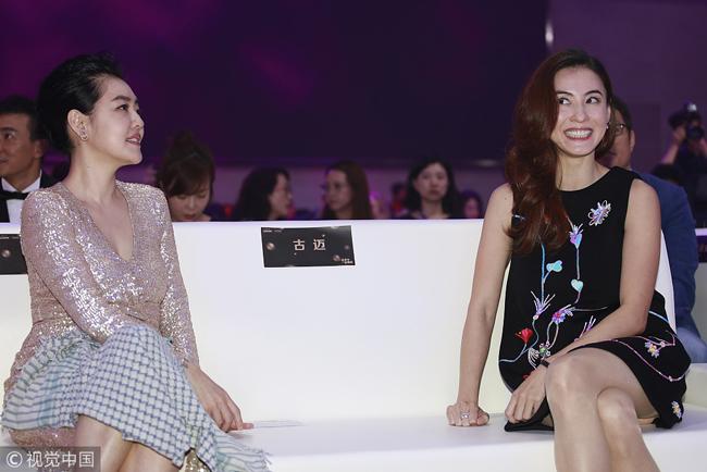 Bá Chi ngồi bên Từ Hy Đệ và trò chuyện vui vẻ. Từ khi tham gia chương trình Khang Hy đến rồi, Bá Chi và Hy Đệ trở thành hai người bạn thân thiết.