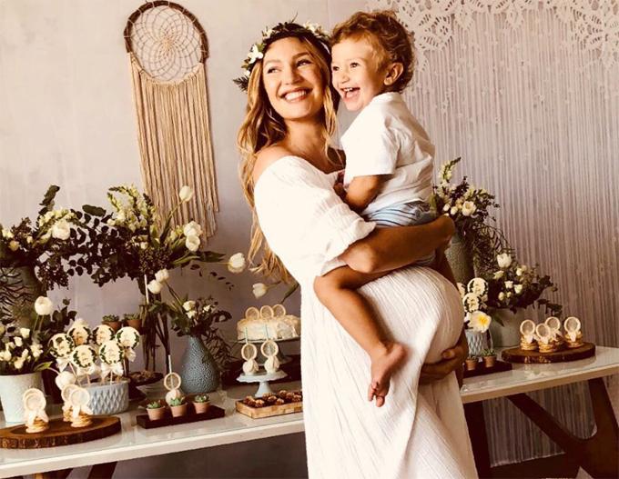 Candice hạnh phúc bên con trai đầu lòng.
