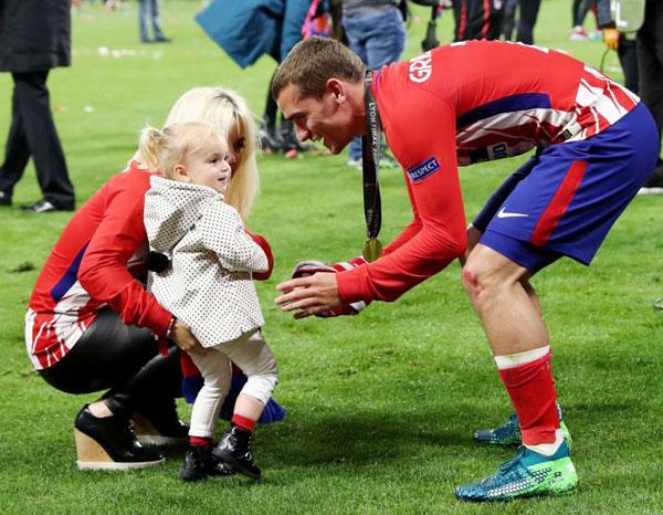 Tiền đạo lập cú đúp trong trận đấu vui đùa với con gái nhỏ. Trận đấu diễn ra trên sânParc Olympique Lyonanais, Lyon, Pháp, quê hương của Griezmann.