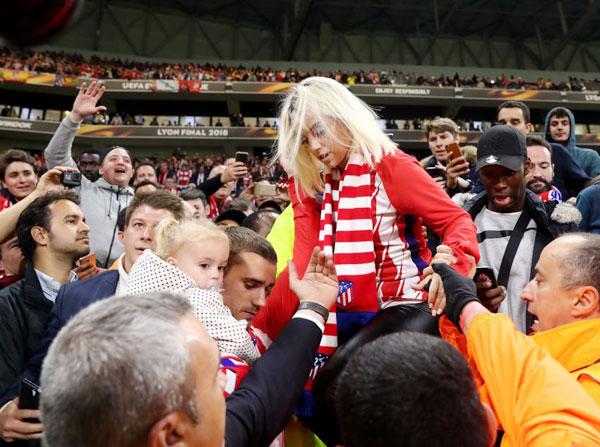 Sau khi tiếng còi kết thúc trận chung kết với Marseille vang lên, Griezmann lên khán đài đưa vợ con và người nhà xuống sân ăn mừng chức vô địch Europa League.