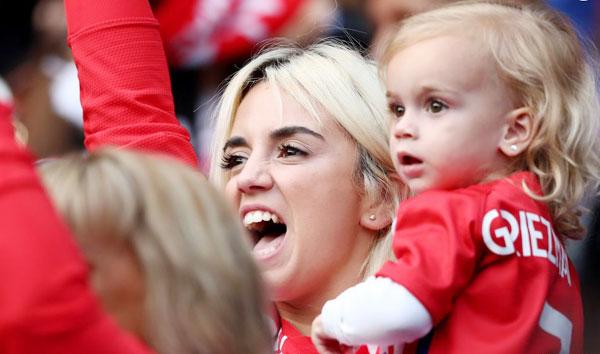 Bà xã Griezmann cùng con gái cổ vũ nhiệt tình cho Griezmann trên sân.