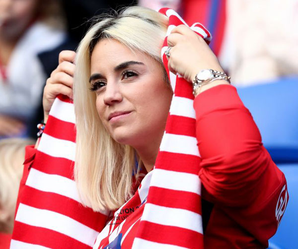 Trước trận đấu, người đẹp tóc vàng khoe núi áo chuẩn bị cho gia đình tới sân theo dõi trận chung kết.