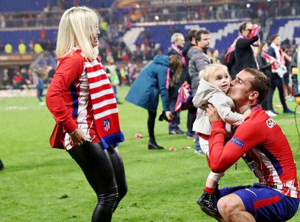 Ông bố 27 tuổi ôm hôn công chúa nhỏ...