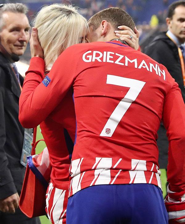 Tiền đạo Atletico không quên trao nụ hôn nồng nàn cho bà xã Erika Choperena sau khi lên ngôi
