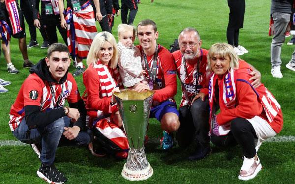 Người hùng của Atletico chụp ảnh bên bố mẹ, vợ con và cậu em trai sau trận đấu.