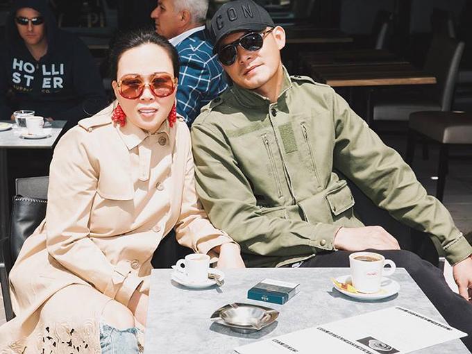 Quách Ngọc Ngoan và Phượng Chanel thảnh thơi ngồi cà phê ở Cannes. Hai người cùng nhóm bạn đang tới có mặt ở thành phố này nhân dịp sang dự liên hoan phim.