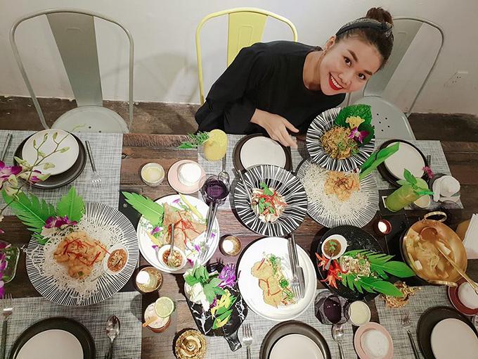Thanh Hằng hào hứng trước mâm đồ ăn đầy lắp lu. Cô viết: Nấu ăn thì chưa rành lắm nhưng thử vị món ăn cũng không đến nỗi tệ. Dạo này thấy thích thú với điều này.