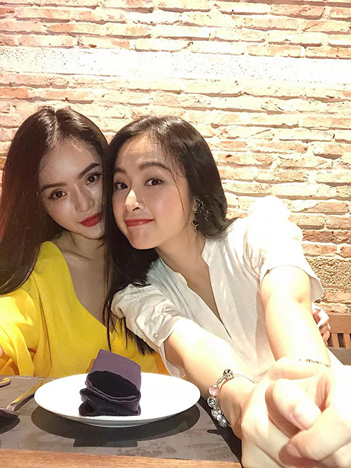 Hai chị em Angela Phương Trinh rủ nhau đi ăn tiệm. Cô nàng chia sẻ: Bên cạnh em gái yêu Lê Ngọc Phương Trang là lúc mình cảm thấy nhỏ bé và hạnh phúc nhất.