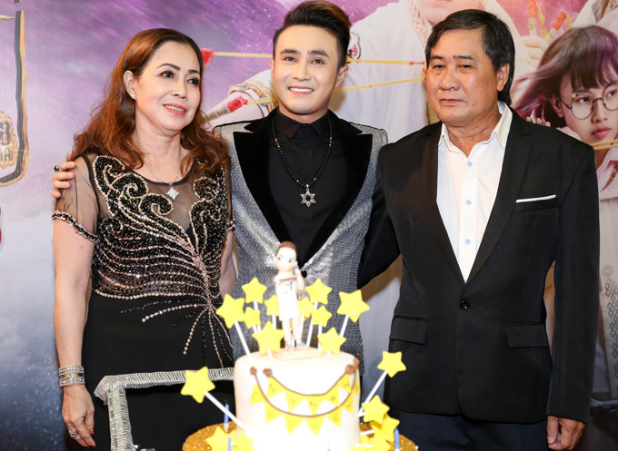 Tối qua cũng là sinh nhật của chàng diễn viên sinh năm 1993. Anh xúc động mừng tuổi mới bên bố mẹ và bạn bè, đồng nghiệp thân thiết.