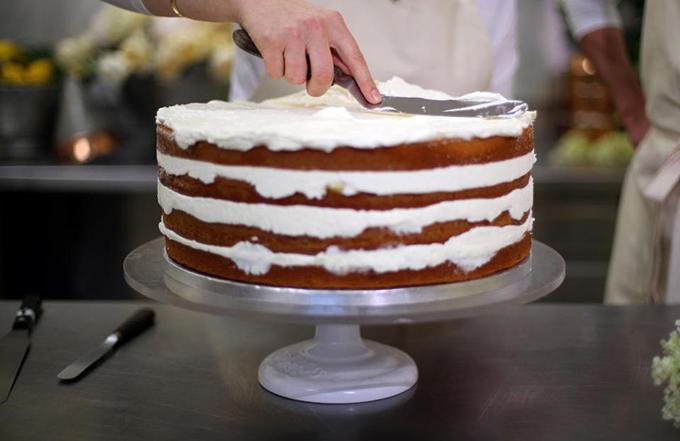 Chiếc bánh này sẽ có tạo hình không giống bánh cưới truyền thống. Nó sẽ có một sự thay đổi nhỏ về kết cấu, nữ đầu bếp Claire chia sẻ.Ảnh: The Sun.