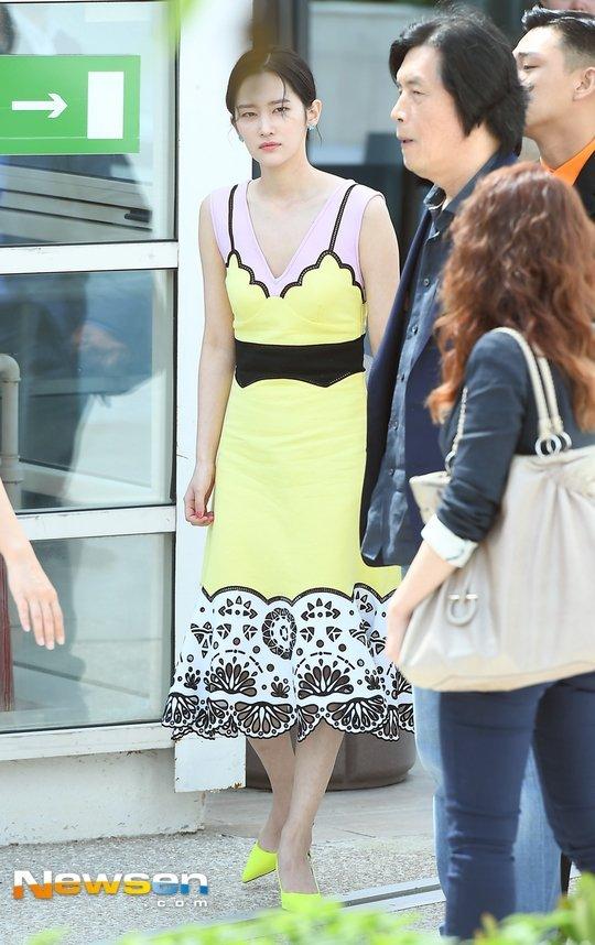 Jeon Jong Seo diện một chiếc váy màu