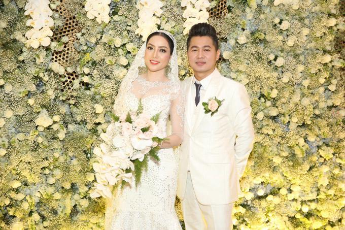 Lâm Vũ và vợ Việt kiều đều thích gam màu trắng. Cặp đôi quyết định trang trí tiệc cưới bằng hoa hồng, hoa lan, hoa bi trắng xen kẽ.