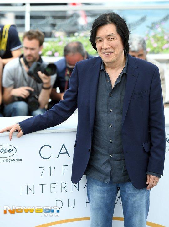 Đạo diễn Lee Chang Dong vui mừng vì thành công của đứa con tinh thần.